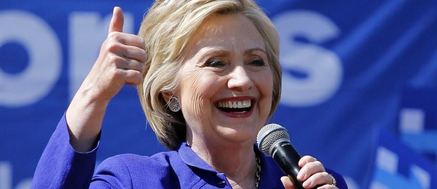 Hillary Clinton zapewniła już sobie głosy wystarczającej liczby delegatów na krajową konwencję Partii Demokratycznej do uzyskania nominacji prezydenckiej z ramienia tej partii - poinformowała agencja AP. Jej rywal Bernie Sanders nie składa jednak broni.