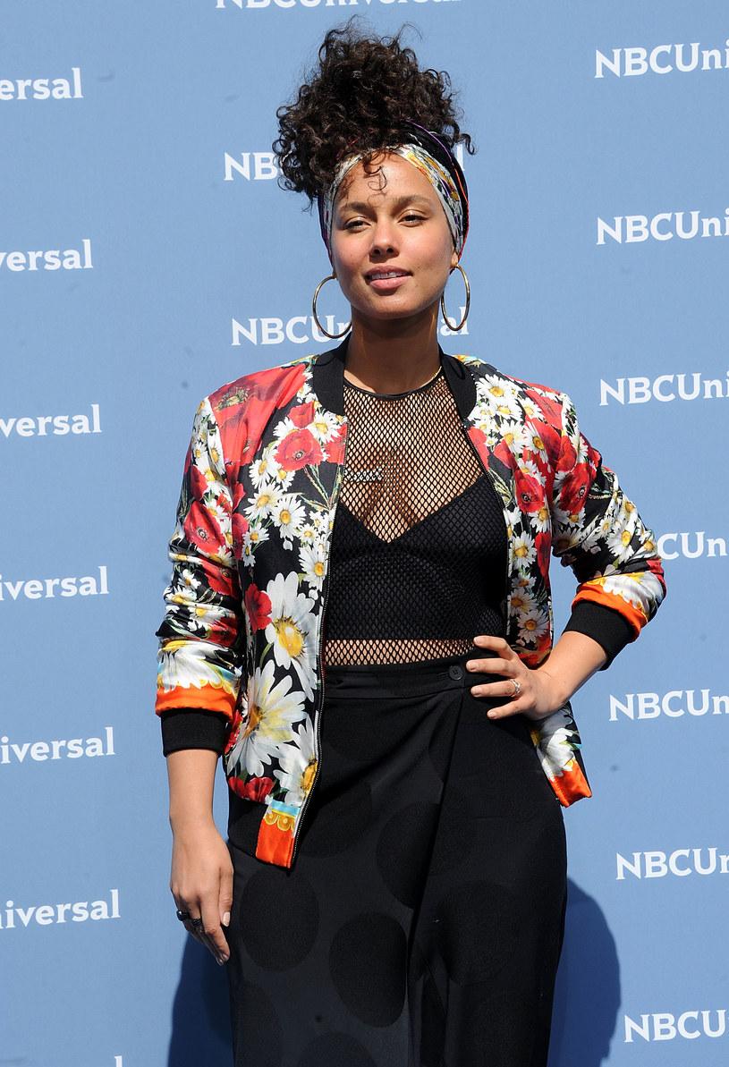 """""""Jedną z wielu rzeczy, którymi byłam zmęczona, to ciągła ocena, jakiej poddawane są kobiety"""" - przyznała Alicia Keys. Wokalistka zmyła makijaż, przestała chować się za oczekiwaniami show-biznesu i rozpoczęła ruch #nomakeup, który zainspirował już tysiące kobiet do pokazania swojego naturalnego, prawdziwie pięknego oblicza."""