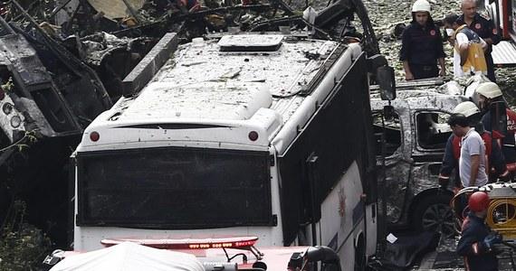 Jedenaście osób zginęło, a 36 zostało rannych w zamachu bombowym, do którego doszło rano w centrum Stambułu - poinformował gubernator miasta Vasip Sahin. Atak był wymierzony w policyjny autobus - dodał. Dotychczas nikt nie przyznał się do zamachu.
