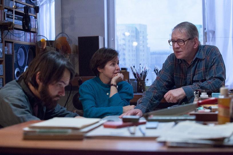 """""""Ostatnia Rodzina"""", film opowiadający o losach słynnej rodziny Beksińskich, wejdzie do polskich kin o tydzień wcześniej niż planowano. Widzowie będą mogli oglądać tę produkcję od 30 września 2016 roku."""