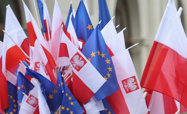 Im dalej od 4 czerwca '89 tym bardziej obmierzła robi się dla wielu ta data i tym szybciej potężnieją hufce tych, którzy gotowi byli stanąć do walki na śmierć i życie z komuną. Słysząc i czytając dziś owych heroicznych bojowników mam rosnące poczucie, że fakt, iż komunizm trwał w Polsce prawie 45 lat i nie musiał każdego dnia wysyłać czołgów na ulicę, był jakimś przedziwnym, niezrozumiałym zbiegiem okoliczności.