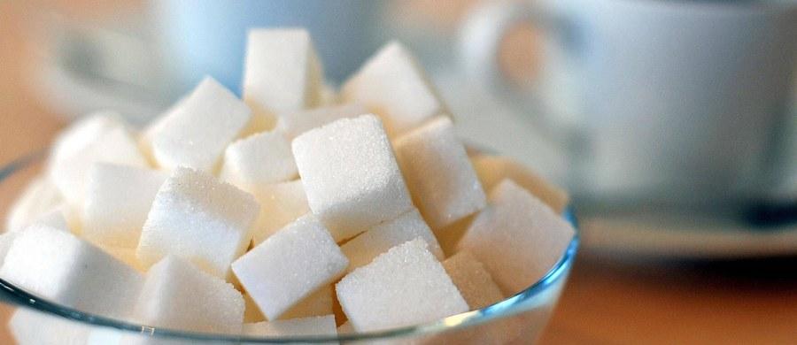 """W ciągu minionego roku cukier zdrożał w Polsce o niemal 30 proc. - wylicza """"Rzeczpospolita"""". """"Słone podwyżki zniechęcają gospodarstwa domowe do zakupów"""" - podkreśla dziennik."""