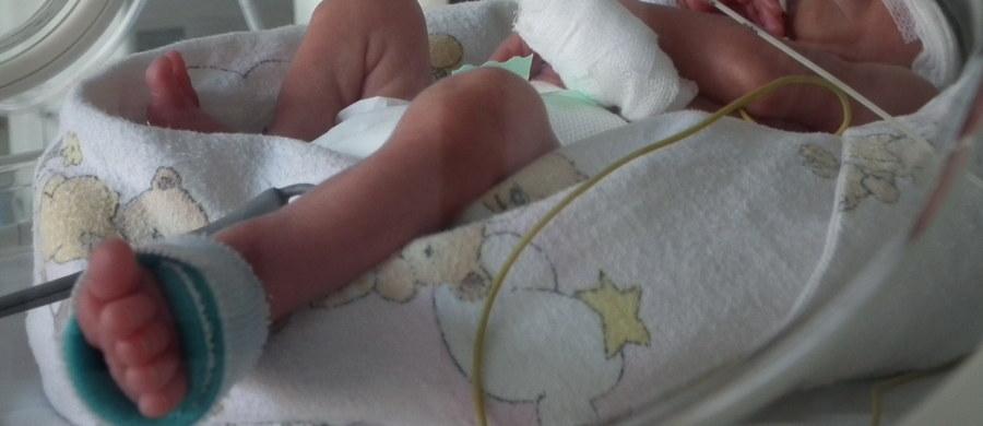 """Kobieta, u której lekarze cztery miesiące temu stwierdzili śmierć mózgu, urodziła zdrowe dziecko – pisze AFP. """"Chłopiec waży 2,35 kg, przyszedł na świat w 32. tygodniu ciąży"""" – czytamy w komunikacie szpitala w stolicy Portugalii w Lizbonie."""