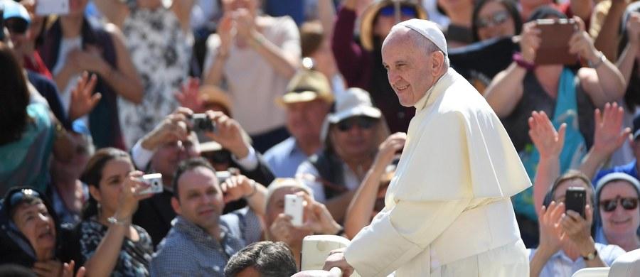 """Papież Franciszek powiedział wiernym podczas środowej audiencji generalnej, że nie można """"zakończyć wesela pijąc herbatę"""". """"To byłby wstyd, wino potrzebne jest podczas świętowania""""- mówił w katechezie na temat cudu w Kanie Galilejskiej."""