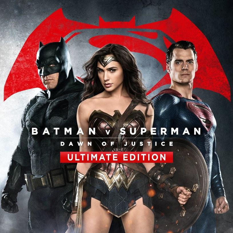 """""""Batman v Superman: Świt sprawiedliwości"""" pojawi się 17 sierpnia na płytach Blu-ray 3D, Blu-ray i DVD! Wydanie Ultimate Edition zawierające film w wersji kinowej i rozszerzonej dostępne będzie tylko na Blu-ray. W wersji rozszerzonej widzowie dostaną 30 minut dodatkowego materiału filmowego niepokazywanego w kinach. Wydanie rozszerzone oznaczone jest kategorią R (film od 18 lat)."""