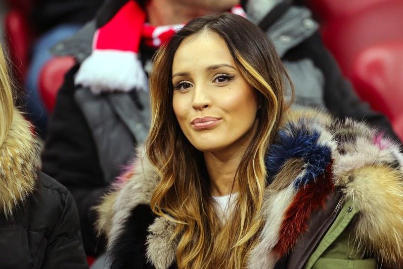 """Brytyjski dziennik """"Daily Mail"""" stworzył ranking najpiękniejszych dziewczyn piłkarzy z całego świata. W zestawieniu znalazła się także wokalistka Marina Łuczenko-Szczęsna, świeżo poślubiona żona bramkarza polskiej reprezentacji Wojciecha Szczęsnego."""