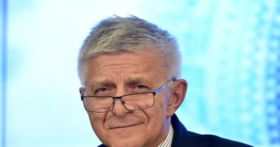 """Marek Belka kończy kadencję jako szef NBP. W tym czasie stopy procentowe doszły do poziomu najniższego w historii, czyli 1,5 proc. Najpoważniejszy kryzys w trakcie kadencji dotknął Belkę w 2014 r., gdy """"Wprost"""" ujawniło nagranie jego rozmowy z Bartłomiejem Sienkiewiczem. W piątek szef NBP był gościem Kontrwywiadu RMF FM. Jak powiedział """"Bartka Sienkiewicza bardzo lubię, natomiast terrorowi podsłuchiwaczy mówię stanowczo """"nie"""" i dalej chodzę po restauracjach, tak że proszę mnie śledzić""""."""