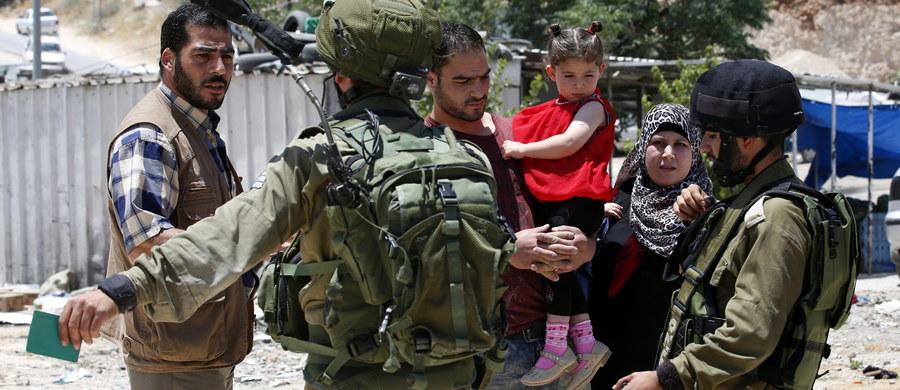 Izraelska armia ogłosiła objęcie wszystkich Palestyńczyków zakazem wjazdu do Izraela. Wzmocnione zostały tym samym restrykcje ogłoszone dzień wcześniej w reakcji na atak w Tel Awiwie, w którym zginęły cztery osoby.