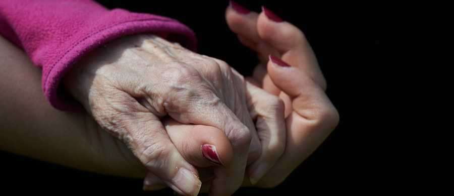 Każdy, kto ukończył 75. rok życia, bez względu na status materialny, ma prawo do bezpłatnych leków, które znajdą się na wykazie ogłaszanym przez ministra zdrowia - wynika z noweli ustawy, która w niedzielę wchodzi w życie. Pierwszy wykaz ma być ustalony do 1 września.