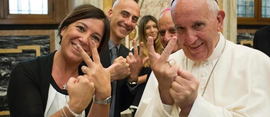 """Papież Franciszek podczas pielgrzymki do Polski odda hołd pomysłodawcy Światowych Dni Młodzieży Janowi Pawłowi II, będzie też starał się rozproszyć u młodych obawy o przyszłość - powiedział Giovanni Maria Vian, szef watykańskiego dziennika """"L'Osservatore Romano"""". Vian Światowe Dni Młodzieży nazwał wydarzeniem """"rangi globalnej"""" i bardzo dobrym momentem, by zwrócić się z przesłaniem do wszystkich tych, którzy są """"przyszłością świata i Kościoła"""". Papieża Franciszka określił mianem osoby """"wielkodusznej"""", ale i """"wymagającej""""."""