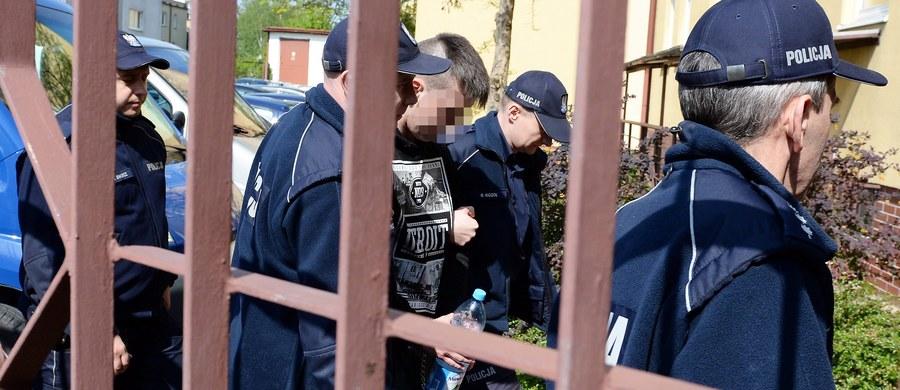 Jeden z najbardziej poszukiwanych polskich przestępców ponownie zatrzymany. Piotr K., podejrzany o zabójstwo kibica Korony Kielce, przez sądową pomyłkę w piątek został wypuszczony na wolność. Do ponownego zatrzymania na wniosek prokuratora doszło w sobotę wieczorem.