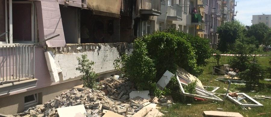 Cztery osoby zostały poszkodowane w wybuchu 11-kilogramowej butli z gazem w bloku przy ul. Sikorskiego w Ozorkowie w Łódzkiem. 40 lokatorów budynku trzeba było ewakuować - dowiedziała się dziennikarka RMF FM, Agnieszka Wyderka. Prawdopodobną przyczyną eksplozji było nieszczelne połączenie butli gazowej z kuchenką.