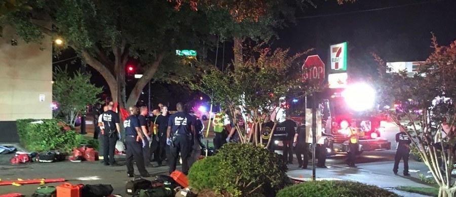 Uzbrojony napastnik zastrzelił 50 osób, a 53 ranił w popularnym nocnym klubie dla gejów w Orlando na Florydzie - poinformowały władze. Sprawca, który wziął zakładników, został zastrzelony przez funkcjonariusza specjalnej jednostki policji SWAT.