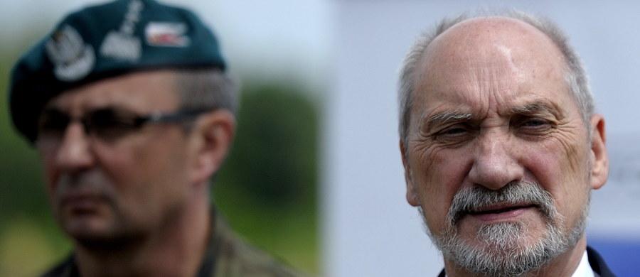 Liczymy, że obrona terytorialna będzie formowana od września. Są już wyznaczone jej dowództwa - powiedział szef MON Antoni Macierewicz. Żołnierze obrony terytorialnej są przygotowani do rzeczywistego działania - ocenił.