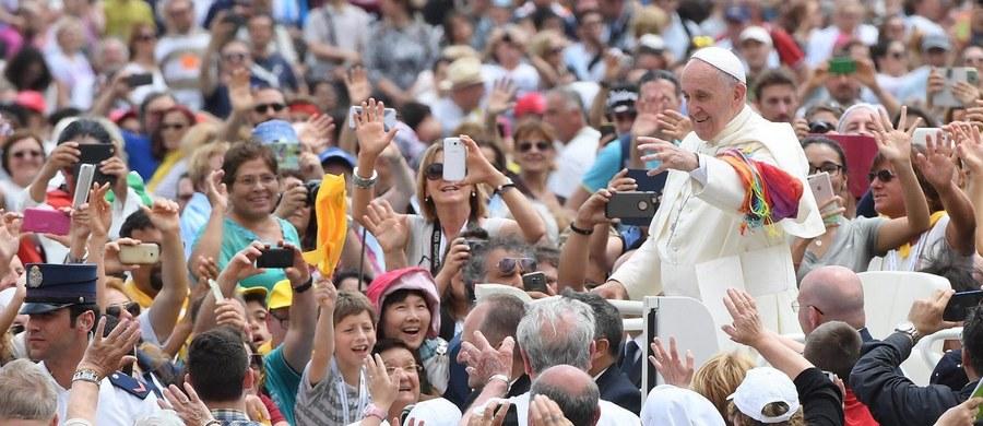"""Papież potępił podczas mszy dla osób chorych i z niepełnosprawnością mentalność, zgodnie z którą trzyma się ich w separacji, w """"rezerwatach litości czy pomocy społecznej"""". Świat nie staje się lepszy, gdy składa się tylko z osób """"pozornie doskonałych""""- mówił."""