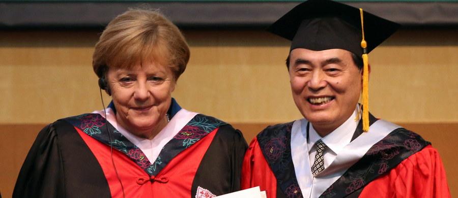 Kanclerz Niemiec Angela Merkel wezwała władze Chin na uroczystości nadania jej tytułu doktora honoris causa Uniwersytetu Nankińskiego do umocnienia praworządności będącej warunkiem stabilnego społeczeństwa i wymiany gospodarczej z Niemcami.