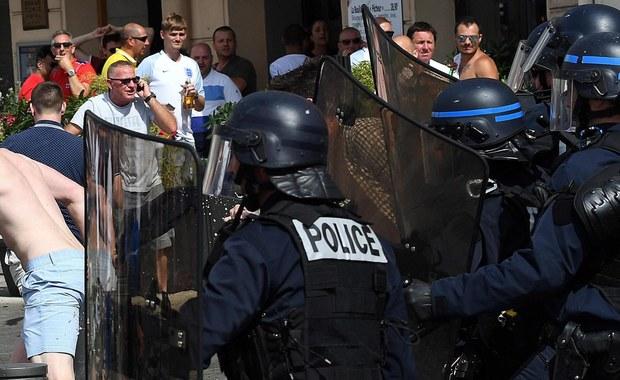 Około 40 uzbrojonych policjantów wtargnęło do naszego hotelu w Mandelieu-la-Napoule we Francji - alarmuje Wszechrosyjski Związek Kibiców. To pokłosie zamieszek na stadionie w Marsylii po meczu reprezentacji Rosji i Anglii. Bijatykę rozpoczęli rosyjscy kibole, którzy po ostatnim gwizdku sędziego wtargnęli do sektora Anglików. UEFA grozi obu drużynom sankcjami, a nawet wykluczeniem z turnieju.