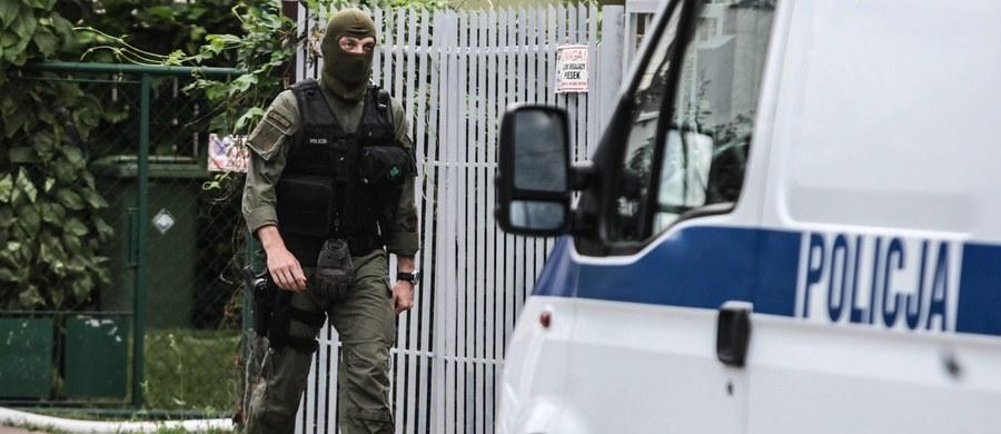 Zagrożenie ze Wschodu - tak jeden z zatrzymanych w zeszłym tygodniu mężczyzn, u którego znaleziono potężny arsenał, tłumaczył się w olsztyńskiej prokuraturze. Reporter RMF FM Krzysztof Zasada dotarł do treści wyjaśnień podejrzanych o działalność terrorystyczną. W sumie podczas akcji ABW funkcjonariusze zatrzymali cztery osoby.