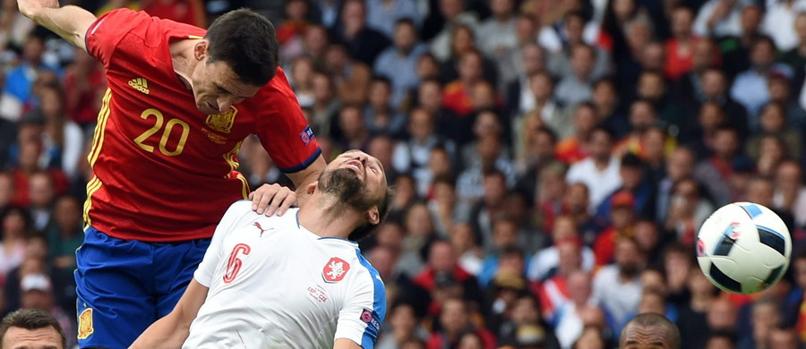 Broniący tytułu piłkarze Hiszpanii oraz finaliści sprzed czterech lat - Włosi odnieśli zwycięstwa w poniedziałkowych meczach mistrzostw Europy we Francji. Polacy tego dnia odpoczywali w swojej bazie w La Baule.