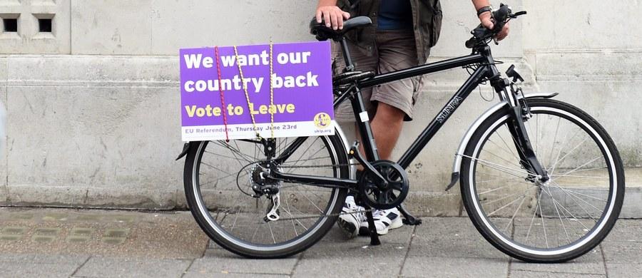 Opublikowane w poniedziałek sondaże wskazują na utrzymującą się przewagę zwolenników opuszczenia UE nad tymi, którzy chcą pozostania w Unii. W sondażu YouGov stronników wyjścia z UE było o 7 proc. więcej niż przeciwników. W sondażu ORB różnica wyniosła 1 proc.