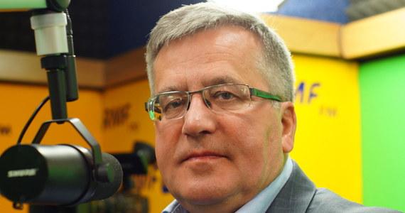 """""""Nie należy mówić o wcześniejszych wyborach. Należy być na nie gotowym"""" - mówi gość Kontrwywiadu RMF FM, były prezydent Bronisław Komorowski. """"Ludzie mają to do siebie, że jeśli ktoś za bardzo zaznacza chęć przewrócenia stolika politycznego, to jest podejrzewany, że jeszcze sam nie dojrzał. Dziś wyborcy PO, Nowoczesnej, sympatycy KOD-u chcieliby zaznaczyć swoją niezgodę, ale nie znaczy, że dojrzeli do wcześniejszych wyborów"""" - komentuje. Jego zdaniem chęć przeprowadzenia wcześniejszych wyborów to cząstka walki politycznej i nie ma takiej presji ze strony opinii publicznej. Pytany o rozpad w Platformie odpowiada, że to najgorsza rzecz, jaka mogłaby się przytrafić opozycji. """"PO ma gigantyczny bagaż doświadczenia politycznego. Nowoczesna ma walor świeżości. Optymalnym byłoby połączenie tych walorów"""" - uważa były prezydent. """"Liczę, że katalizatorem współpracy PO i Nowoczesnej może być KOD, który ma walor świeżości, autentyczności i nie jest konkurentem dla partii politycznych"""" - ocenia Komorowski. Dodaje, że """"byłoby dobrze, gdyby w przyszłości w wyborach zaistniała lista, na której będą osoby z rekomendacją KOD i reprezentujące 4 partie - PO, Nowoczesną, PSL i jakąś formę lewicy również"""". Gość Kontrwywiadu uważa, że opozycja powinna pilnować, """"żeby nie wyprzedzać partii rządzącej jeśli chodzi o poziom konfliktu wewnętrznego"""". """"Jak w PiS skończy się możliwość dzielenia miejsc przy żłobie politycznym, to zaczną się swary o ideologię, politykę, odpowiedzialność"""" - mówi Bronisław Komorowski."""