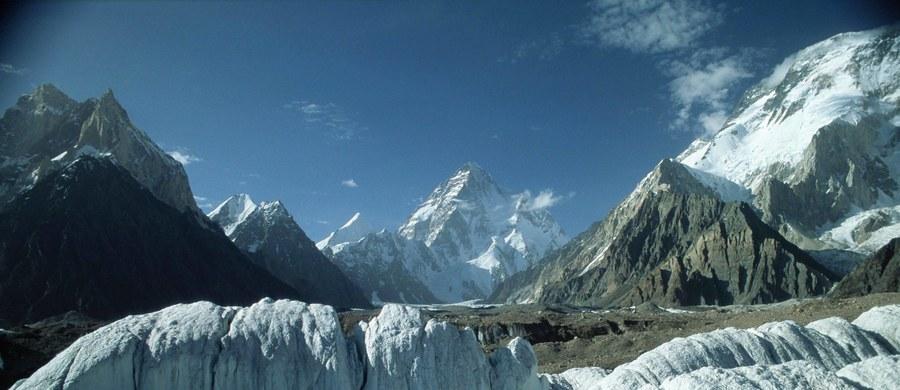 Dziesięciu polskich alpinistów odleciało do Pakistanu z zamiarem wejścia na najwyższy ośmiotysięcznik Karakorum K2 (8611 m) oraz trawersu obu wierzchołków masywu Gaszerbrum (GI 8080 m i GII 8035 m). Tego celu dotychczas nikomu nie udało się zrealizować.