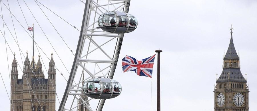 Unijny Trybunał Sprawiedliwości poparł Wielką Brytanię w kwestii przyznawania zasiłków. Uznał, że brytyjskie władze mogą odmówić prawa do zasiłków rodzinnych oraz ulgi podatkowej na dziecko obcokrajowcom, którzy nie pracują zawodowo ani nie mają prawa pobytu na Wyspach. Trybunał przyznał co prawda, że warunek ten może być uznany za dyskryminację pośrednią, jednak w tym przypadku jest on uzasadniony koniecznością ochrony finansów państwa członkowskiego UE.