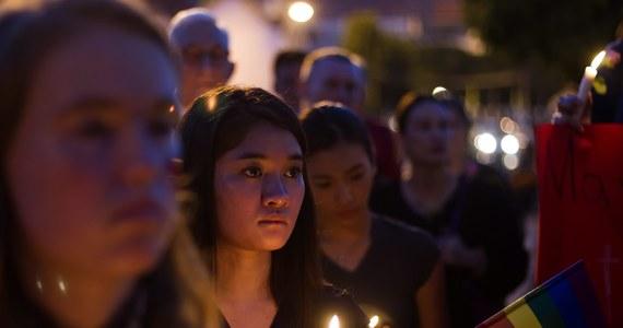"""Po niedzielnym ataku na klub gejowski w Orlando pojawiają się zarzuty pod adresem FBI. """"Służby w USA kolejny raz popełniły poważne błędy, które doprowadziły do tragedii"""" - to jeden z częstszych komentarzy dotyczących największej w historii USA strzelaniny. Zginęło w niej 50 osób - w tym sprawca."""