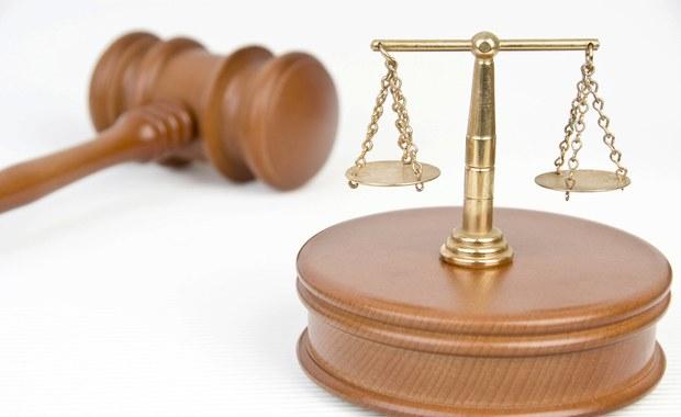 Europejski Trybunał Praw Człowieka orzekł, że dziennikarz motoryzacyjny Krzysztof Koniuszewski został niesłusznie skazany przez polskie sądy za publikację artykułów, w których nazwał oszustami przedsiębiorców handlujących fałszowanym paliwem. Strasburscy sędziowie nakazali rządowi polskiemu wypłacenie dziennikarzowi 5 tys. euro tytułem zadośćuczynienia za straty moralne.