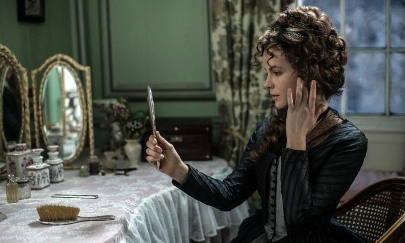 """""""Przyjaźń czy kochanie?"""" (w kinach od 24 czerwca) to brawurowa ekranizacja książki Jane Austen, jednej z najpopularniejszych autorek powieści romantycznych (""""Duma i uprzedzenie""""). W głównej roli, lady Susan Vernon, wystąpiła Kate Beckinsale, zbierając doskonałe recenzje."""