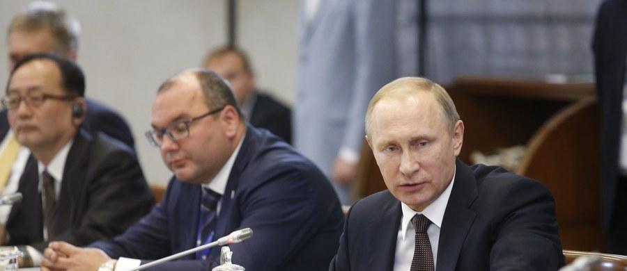 """Prezydent Rosji Władimir Putin powiedział, że system obrony przeciwrakietowej USA w Europie ma potencjał przetworzenia w system ofensywny i może zostać wykorzystany przeciwko Rosji. """"Mieliśmy rację kiedy mówiliśmy, że nas oszukują, powołując się na jakoby istniejące irańskie zagrożenie jądrowe przy budowie tego systemu"""" - podkreślił."""