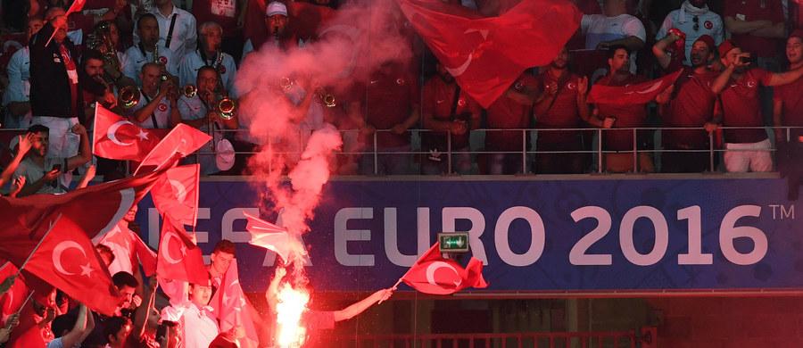 Europejska Unia Piłkarska ogłosi w poniedziałek ewentualne kary dla federacji chorwackiej i tureckiej w związku z incydentami z udziałem kibiców tych krajów podczas piątkowych meczów mistrzostw Europy - poinformowała UEFA. Obie federacje będą odpowiadać za rzucanie przez ich fanów na boisko rac i petard, a dodatkowo Chorwaci - za zamieszki na trybunach i zachowanie rasistowskie niektórych kibiców na stadionie w Saint-Etienne, natomiast Turcy - za wbiegnięcie na murawę w Nicei.