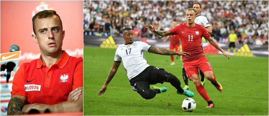 """Zespoły grające na Euro 2016 coraz bardziej boją się biało-czerwonych. """"Wiem od mojego kolegi z kadry Szwajcarii, że nie chcą na nas trafić w 1/8 finału"""" - mówił na konferencji prasowej w La Baule Kamil Grosicki. Równocześnie zaznaczył, że wyjście z grupy """"to już coś, ale my chcemy więcej""""."""