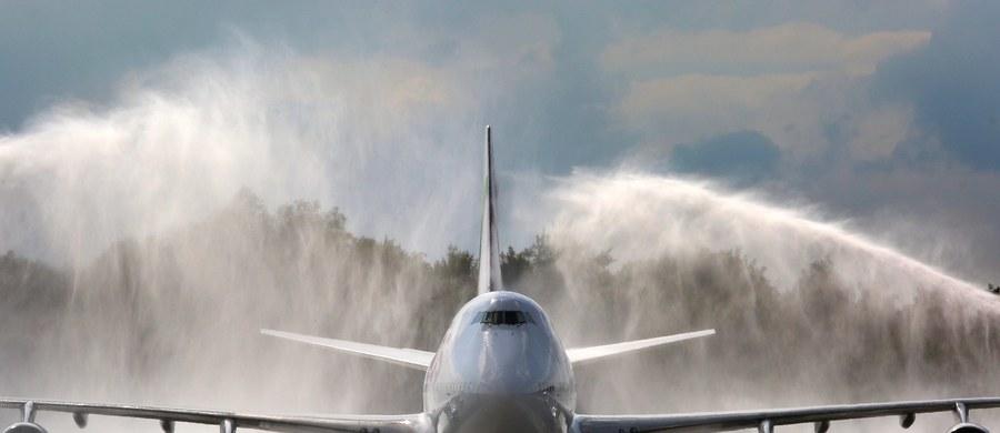 Iran porozumiał się z amerykańskim koncernem lotniczym Boeing w sprawie zakupu 100 samolotów pasażerskich i obie strony oczekują zaaprobowania porozumienia przez władze skarbowe USA - napisał w niedzielę irański dziennik rządowy.