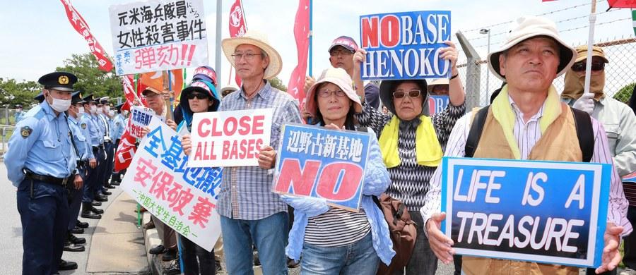 Tysiące osób protestowało na ulicach japońskiej wyspy Okinawa. Żądali likwidacji znajdujących się tam amerykańskich baz wojskowych. Na Okinawie stacjonuje 30 tys. Amerykanów, a ich obiekty zajmują 18 proc. powierzchni wyspy. Impulsem do jednej z największych od 20 lat demonstracji było zamordowanie 20-letniej Japonki przez cywilnego pracownika bazy.