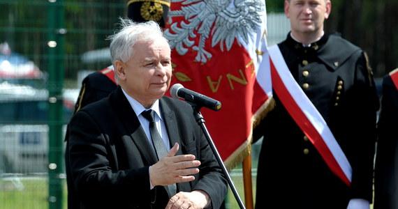 """Jarosław Kaczyński, choć w rządzie nie jest i nie pracuje w Kancelarii Prezydenta, lata policyjnym śmigłowcem - donosi poniedziałkowy """"Fakt"""".  Tabloid dodaje, że PiS """"nie zamierza się z tego tłumaczyć""""."""