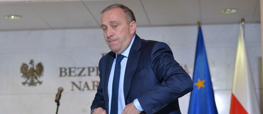 """""""Premier próbuje dawać radę w tak trudnej sytuacji, kiedy Kaczyński wywiera na niej taką presję"""" - mówi, pytany przez słuchaczy o to, za co pochwaliłby Beatę Szydło, gość Kontrwywiadu RMF FM, szef PO Grzegorz Schetyna. Jego zdaniem szefowa rządu """"jeszcze próbuje budować podmiotowość pozycji premiera"""". Polityk dodaje, że relacje Szydło-Kaczyński, które widać na sali sejmowej nie wyglądają dobrze."""