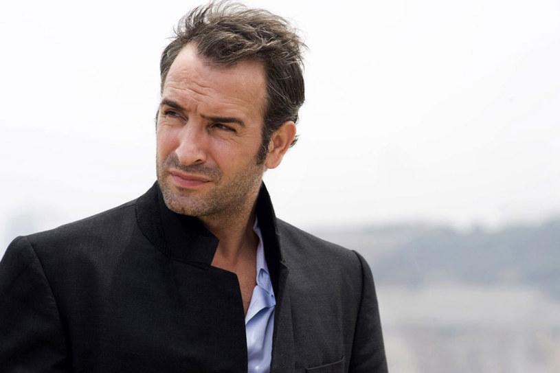 """Jean Dujardin, laureat Oscara, gdziekolwiek się pojawia, wzbudza sensację. Jest męski, seksowny, czarujący. Mówi się o nim, że jest """"francuskim Clarkiem Gable"""" lub nowocześniej - """"francuskim George'em Clooneyem""""."""