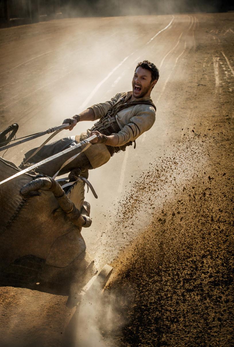 """""""Ben-Hur"""", w kinach od 12 sierpnia, to współczesna wersja jednego z najsłynniejszych filmów wszech czasów - powstałej w 1959 roku superprodukcji w reż. Williama Wylera. Nakręcenie dziewięciominutowej sekwencji wyścigu rydwanów - co według szacunków, kosztowało około 4 milionów dolarów - zajęło wówczas filmowcom aż pięć tygodni."""