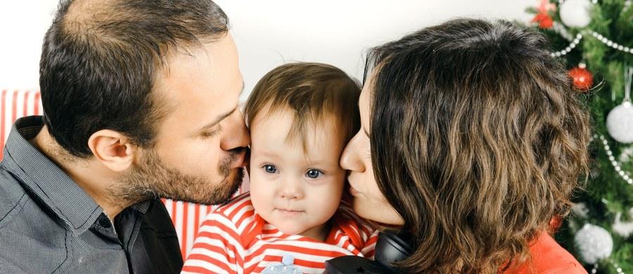 """Rodzice dzielą się na dwie grupy. Pierwsza to ci, którzy uważają, że dziecko to biała karta, którą przez dobre i staranne wychowanie można """"wyprowadzić na ludzi"""". Druga, nieco bardziej doświadczona, to ci, którzy wiedzą już, jak wielkie i determinujące znaczenie mają same geny. Opublikowana właśnie praca japońskich naukowców odpowiada na wątpliwości tych pierwszych i wskazuje, jakie są konkretne skutki różnych metod wychowawczych."""