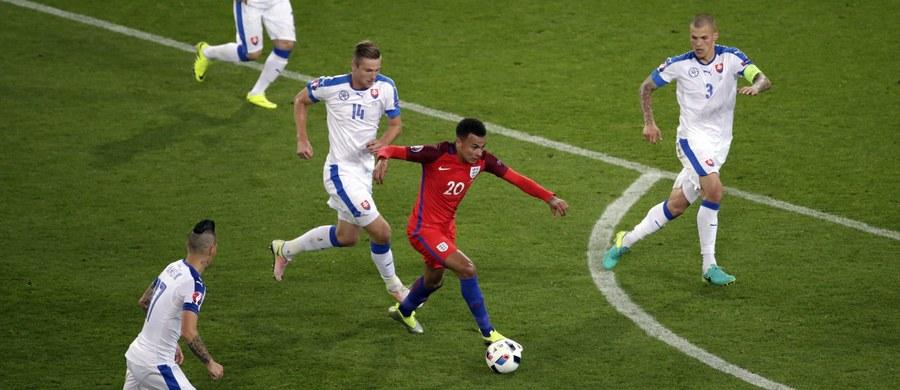 """Anglia uważana była za zdecydowanego faworyta grupy B piłkarskich mistrzostw Europy we Francji. Tymczasem podopieczni trenera Roya Hodgsona zajęli w niej drugie miejsce, za Walią. Po remisie z Rosją 1:1 i wygranej z Walią 2:1, w poniedziałek drużyna """"Trzech Lwów"""" bezbramkowo zremisowała ze Słowacją."""