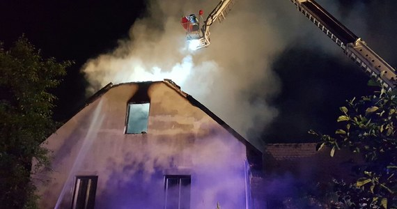 Pożar domu mieszkalnego w miejscowości Wieprz w województwie małopolskim. Na miejscu pracuje 11 zastępów straży pożarnej. Informację i zdjęcia dostaliśmy na Gorącą Linię RMF FM.
