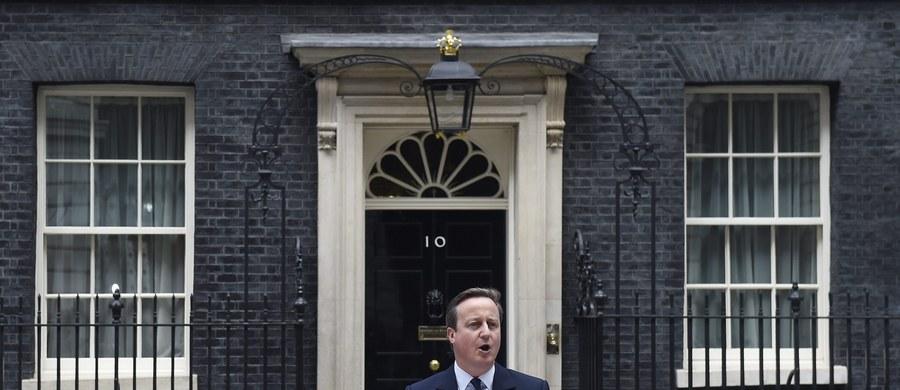 """""""Ewentualne zagłosowanie za wyjściem Wielkiej Brytanii z Unii Europejskiej będzie miało reperkusje nie tylko dla Brytyjczyków i ich kraju, ale dla całego projektu europejskiego. Może dodać paliwa politycznego siłom eurosceptycznym, które poczują się wzmocnione decyzją Wyspiarzy. Przywódcy niektórych państw mogą wówczas znaleźć się pod presją do zorganizowania podobnego referendum"""" - mówi w rozmowie z brytyjskim korespondentem RMF FM Bogdanem Frymorgenem Agata Gostyńska-Jakubowska, analityk z londyńskiego think-tanku Centre for European Reform. """"Niektórzy spekulują, że Brexit byłby porażką dla premiera Davida Camerona i można będzie się spodziewać jego rezygnacji. On sam twardzi, że takiej możliwości nie ma. Ja uważam, że nie nastąpiłoby to od razu"""" - dodaje. Analizuje też konsekwencje ewentualnej decyzji o wyjściu Wielkiej Brytanii z UE, jakie musieliby ponieść Polacy mieszkający na Wyspach."""