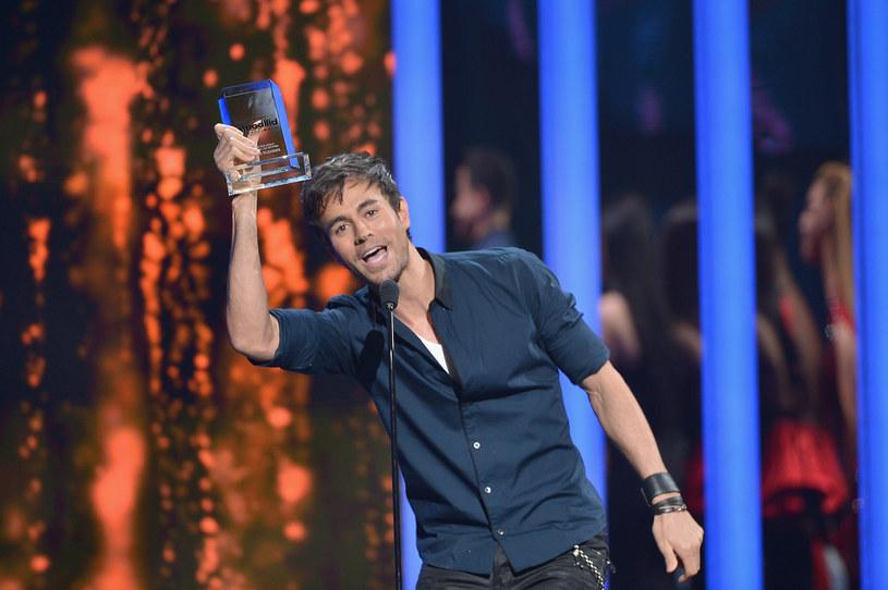 Enrique Iglesias ocalił jedną ze swoich fanek przed atakiem jego własnych ochroniarzy. Dziewczyna spontanicznie rzuciła się na scenie na wokalistę.