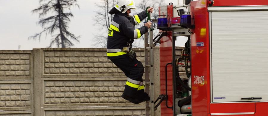 11-miesięczny chłopczyk nie żyje, a jego 2-letni brat jest w szpitalu - to tragiczne skutki pożaru, do którego doszło w nocy w Niepoczołowicach pod Wejherowem na Pomorzu.