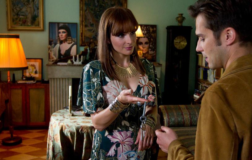 """W """"Kobietach bez wstydu"""" - przewrotnej komedii o facecie, który znalazł sposób na kobiety - jedną z głównych ról zagrała Anna Dereszowska. Obraz trafi na ekrany kin 22 lipca."""