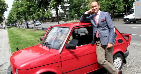 """Jeden z amerykańskich dyplomatów do pracy jeździ bardzo polskim samochodem. Malucha pierwszy raz zobaczyłem dziesięć lat temu - opowiada Daniel Gedacht, zastępca konsula w ambasadzie w Warszawie. """"To było tak. Oglądałem """"uczmy się polskiego"""" i zobaczyłem mały, śliczny samochód. Zapytałem nauczyciela i on mi powiedział, że to jest mały polski fiat""""."""