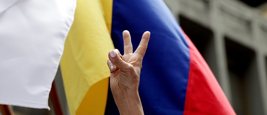 Prezydent Kolumbii i dowódca lewicowej partyzantki FARC podpisali w Hawanie porozumienie kończące definitywnie wojnę domową, która w ciągu przeszło 50 lat kosztowała życie ponad 220 tys. ludzi. FARC rozbroi się w ciągu 6 miesięcy.
