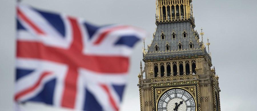 """To już oficjalne: w referendum ws. Brexitu zwyciężyli zwolennicy wyjścia Wielkiej Brytanii z Unii Europejskiej! Brexit poparło 51,9 proc. głosujących, zaś 48,1 proc. chciało pozostania kraju w Unii. Premier David Cameron zapowiedział w długo wyczekiwanym oświadczeniu rezygnację ze stanowiska. """"Kraj potrzebuje świeżego przywództwa. (...) Będę kontynuować moją pracę przez najbliższe 3 miesiące"""" - powiedział."""