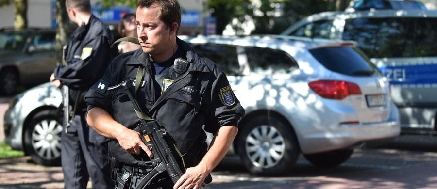 """Mężczyzna, który w czwartek po południu wtargnął do multipleksu w Viernheim w Hesji na zachodzie Niemiec, miał przy sobie broń z nabojami hukowymi oraz atrapę granatu – informuje """"Der Spiegel"""". Zamaskowany napastnik zabarykadował się w budynku wraz z zakładnikami. Podczas szturmu został zastrzelony przez policję."""